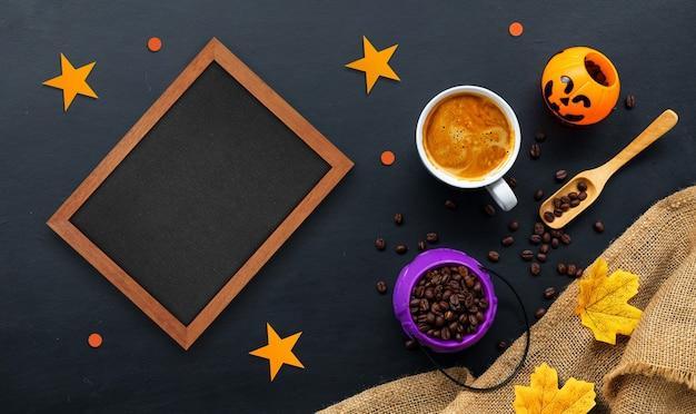 Decorazione di halloween con caffè caldo e fagioli su sfondo scuro