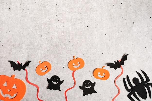 Decorazioni di halloween su sfondo grigio cemento pietra. disposizione piatta, posto per il testo