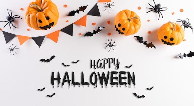Decorazioni di halloween a base di zucca, pipistrelli di carta e ragno nero