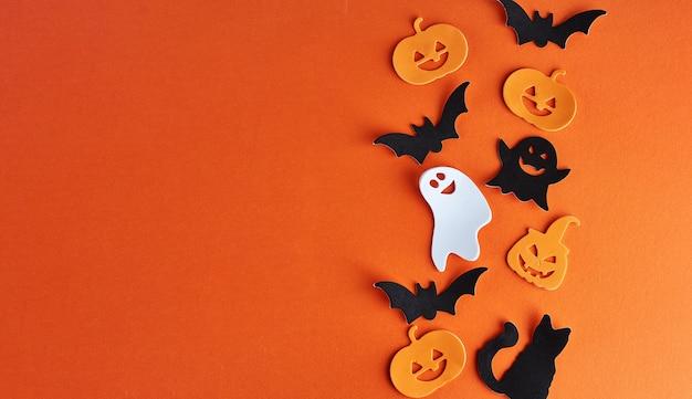 Decorazioni di halloween, zucche, pipistrelli e fantasmi su sfondo arancione