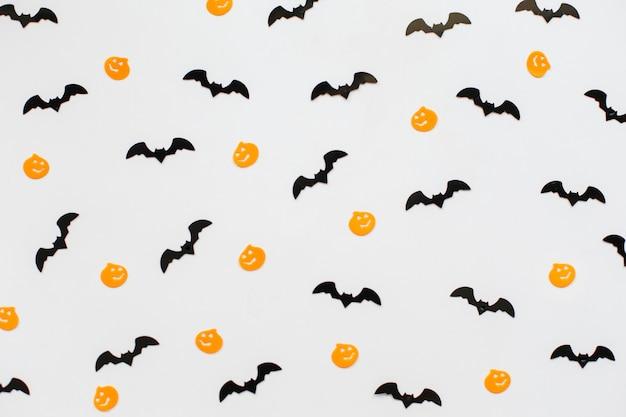 Decorazioni di halloween con zucca e pipistrelli su sfondo grigio. concetto di halloween. vista piana laico e dall'alto