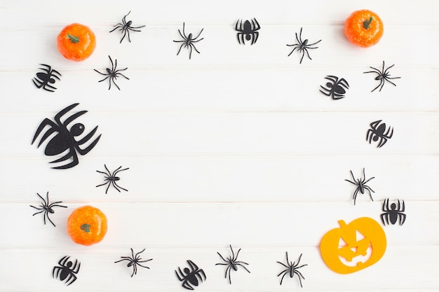 Decorazioni di halloween con ragni e zucche su sfondo bianco. appartamento laico, vista dall'alto, copia dello spazio