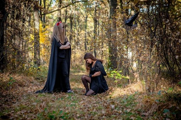 Demone di halloween e strega nel bosco.