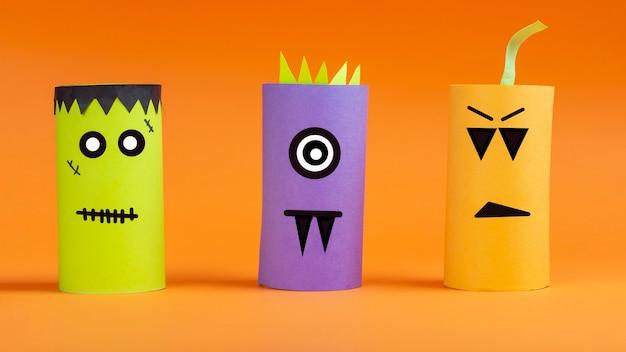 Halloween fai da te e creatività per bambini. riciclo ecologico dal tubo del rotolo di carta igienica. bambini paper craft mostro, zucca, frankenstein. sviluppo dell'immaginazione e delle abilità motorie sensoriali.