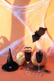 Halloween beve ragni zucca vino e decorazioni mistiche su sfondo arancione brillante