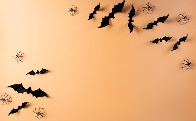 Piatto di halloween laici con decorazioni realizzate con pipistrelli di carta e ragno nero