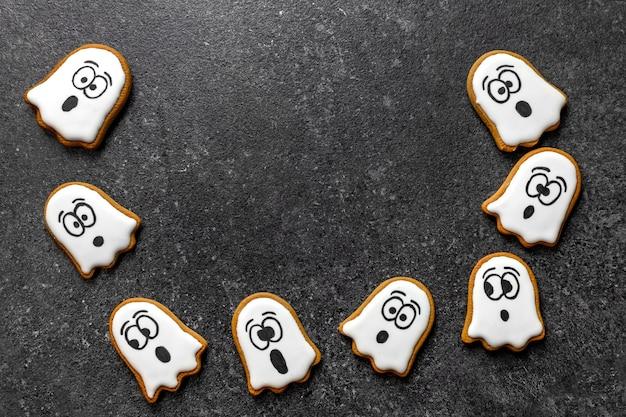 Biscotto fantasma volante di halloween sullo spazio grigio della copia del fondo