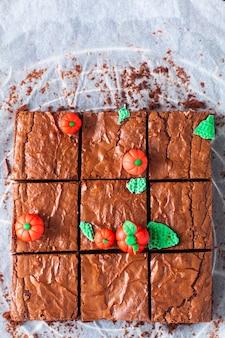 Idea di cibo di halloween fudge biologico fatto in casa e brownies croccanti con zucche fondenti