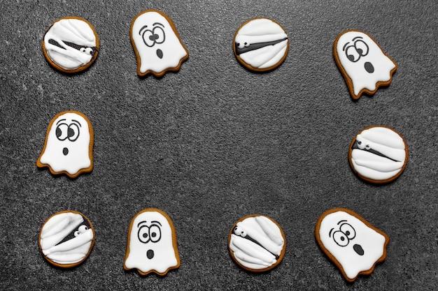 Biscotti fantasma di halloween su sfondo grigio copia spazio