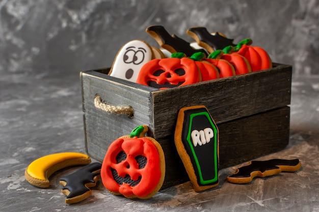 Pan di zenzero di halloween in una scatola di legno su uno spazio di copia di sfondo di pietra scura