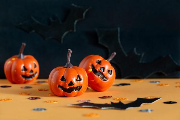 Concetto di festa di halloween con jack, zucche, pipistrelli, composizione di coriandoli.