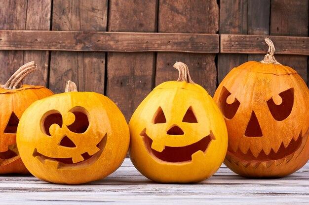 Zucche di festa di halloween su fondo di legno.