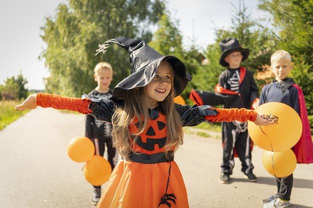 I bambini di halloween andranno a raccogliere caramelle trickortreating guising bambini jackolantern a carnevale