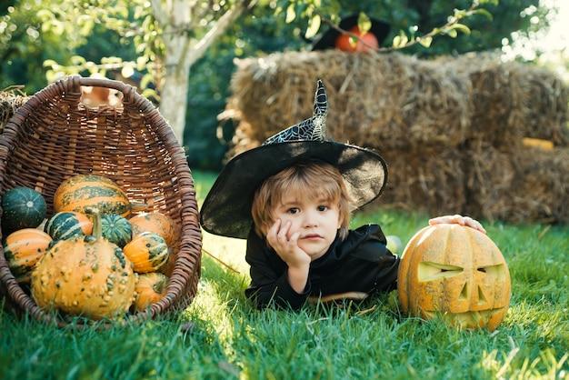 Ragazzino di halloween in costume da scheletro che gioca nel parco autunnale ragazzino divertente solo il divertimento è nella mia mente