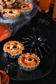 Mini torte di halloween creepy eye con ripieno di ciliegie