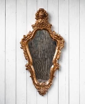 Specchio di halloween su sfondo bianco
