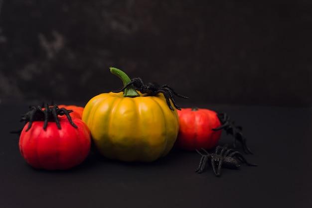 Zucche arancioni di halloween con i ragni. felice halloween in testa sfondo nero