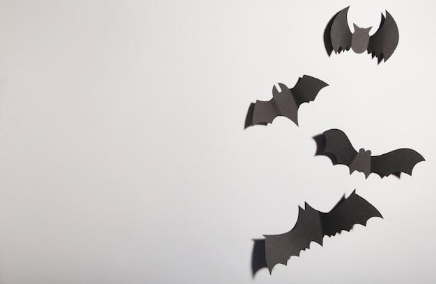 Pipistrelli di carta di halloween su fondo grigio. halloween