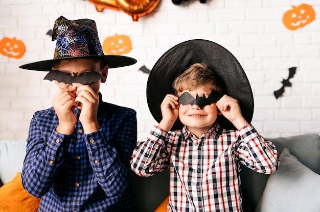 Festa di halloween e sfondo dello stile di vita familiare i bambini si godono halloween a casa