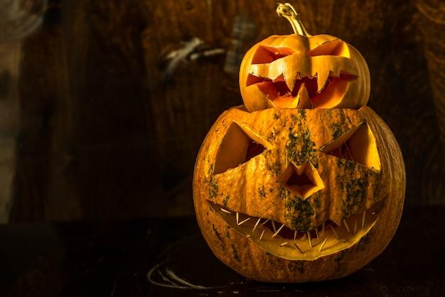 Zucca di halloween su sfondo scuro copia spazio
