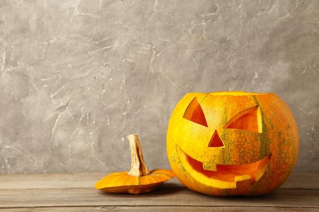 Lanterna della presa della testa della zucca di halloween su fondo grigio. vista dall'alto