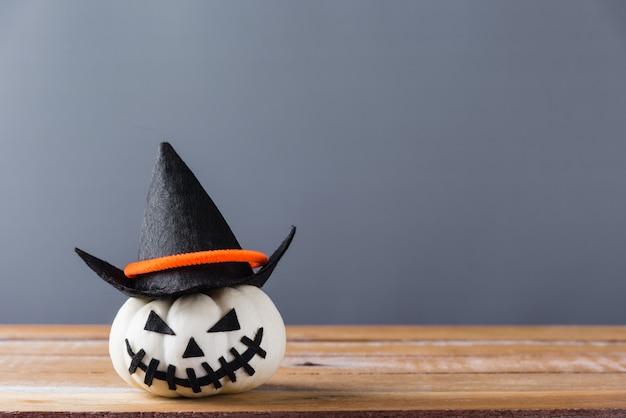 Sorriso della lanterna della presa o della testa della zucca di halloween spaventoso sullo spazio di legno e della copia