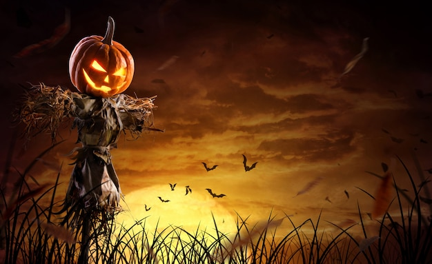 Spaventapasseri della zucca di halloween su un ampio campo con la luna in una notte spaventosa