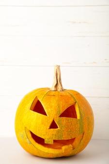 Zucca di halloween. jack spaventoso su priorità bassa bianca. vista dall'alto
