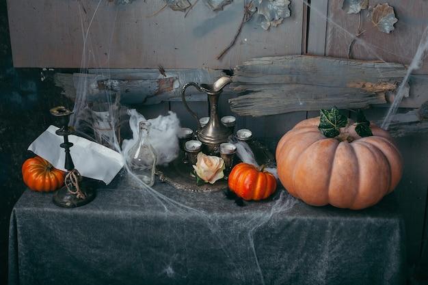 Zucca di halloween con candele e ragnatele