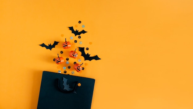 Zucche di halloween pipistrelli oggetti per feste e shopping bag flat top view copy space