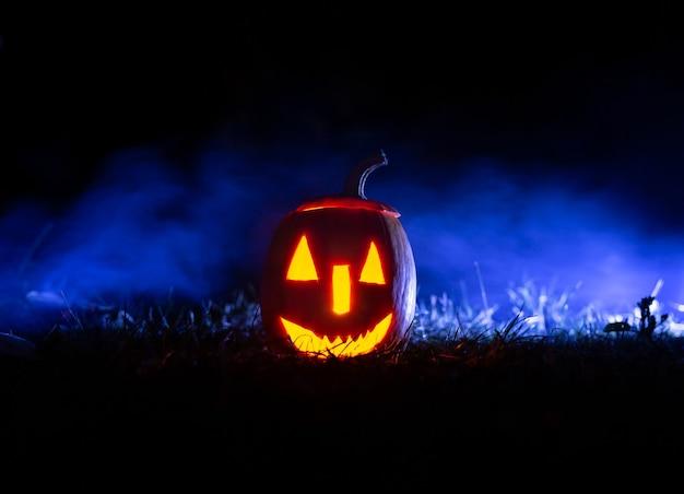 Zucche di halloween su sfondo blu con fumo con copia spazio