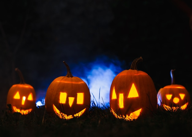 Zucche di halloween su fumo blu.