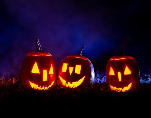 Zucche di halloween sopra l'azzurro con fumo