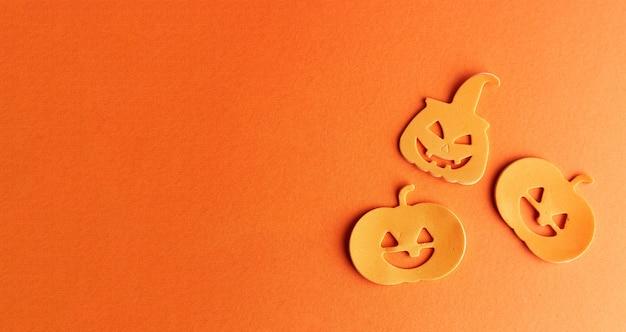 Decorazioni di zucche di halloween su sfondo arancione