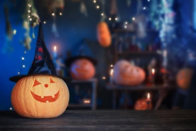 Zucche di halloween sul vecchio tavolo di legno su sfondo decorazioni di halloween