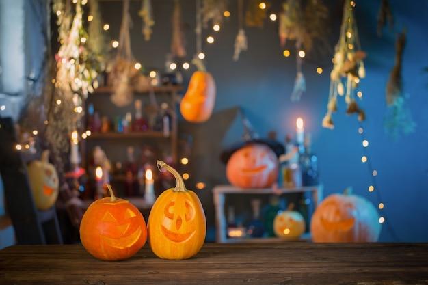 Zucche di halloween sulla vecchia tavola di legno su sfondo decorazioni di halloween