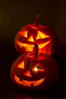 Le zucche di halloween sorridono e gli occhi spaventosi per la notte di festa
