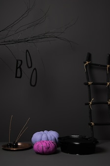 Zucche di halloween con albero e scala colorati luminosi su uno sfondo scuro