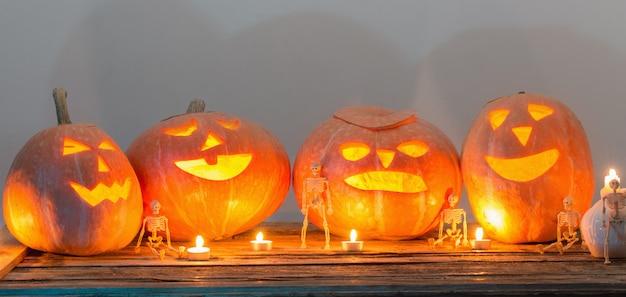 Zucche di halloween con le candele sulla tavola di legno
