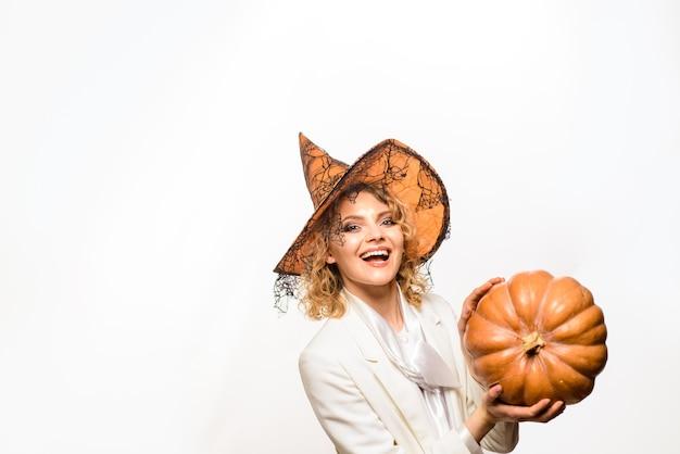 Halloween donna sorridente con grande zucca dolcetto o scherzetto felice halloween festa di halloween ragazza