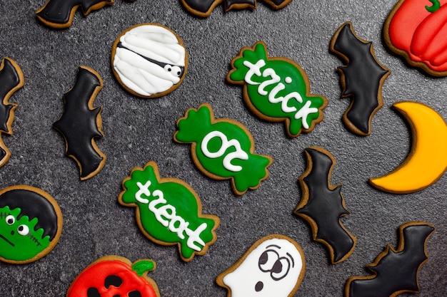 Biscotti dolci di halloween su sfondo grigio dolcetto o scherzetto
