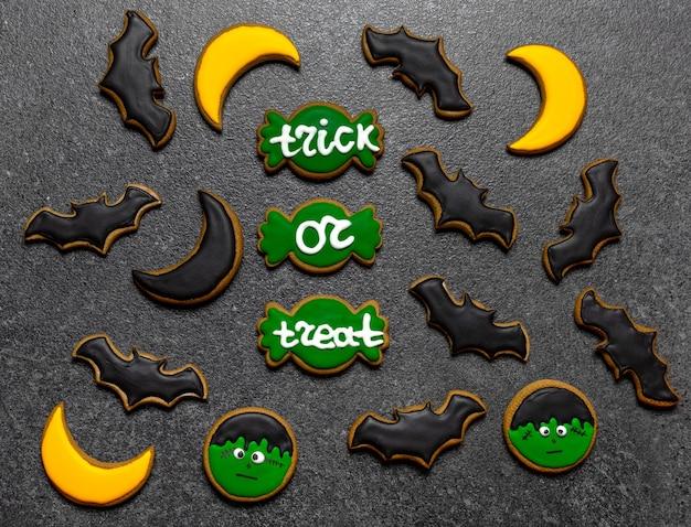 Dolcetto o scherzetto di dolci di halloween su sfondo grigio