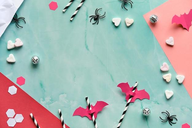 Halloween, vista dall'alto su menta verde con carta a strati rosso e corallo.