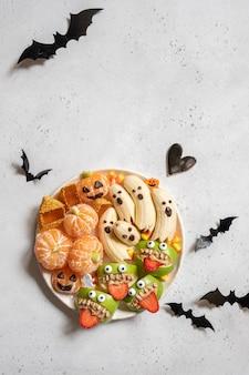 Dolcetti di halloween fatti di frutta su un piatto