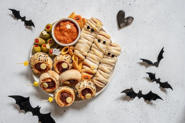 Dolcetti di halloween fatti di pasticceria su un piatto