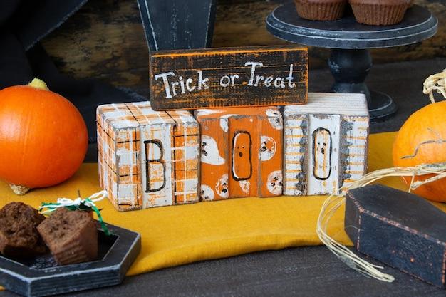 Decorazioni in legno di halloween e zucca arancione, preparazione per la vacanza.