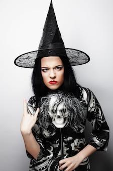 Halloween. giovane donna con un teschio.