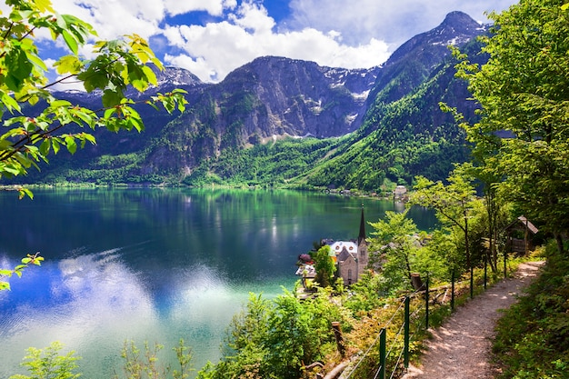 Hallstatt, lago pittoresco e villaggio nelle alpi austriache
