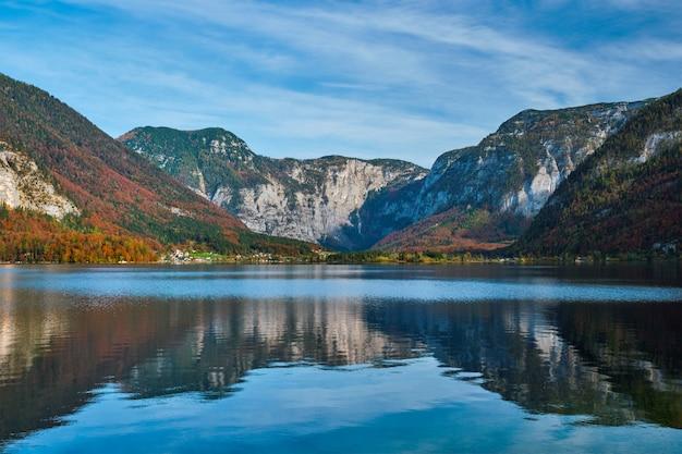 Hallstatter vede il lago di montagna del lago in austria