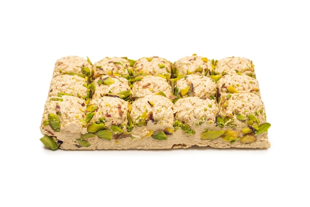 Halva con pistacchi isolato su bianco
